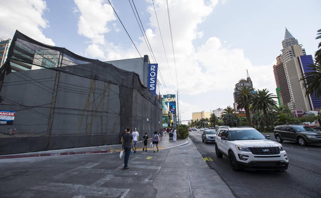 Los peatones y el tránsito pasan por el lugar donde está programado que se abra un Target en 2020, adyacente al Showcase Mall y al MGM Grand, en Las Vegas Boulevard el miércoles 1 de agosto de ...