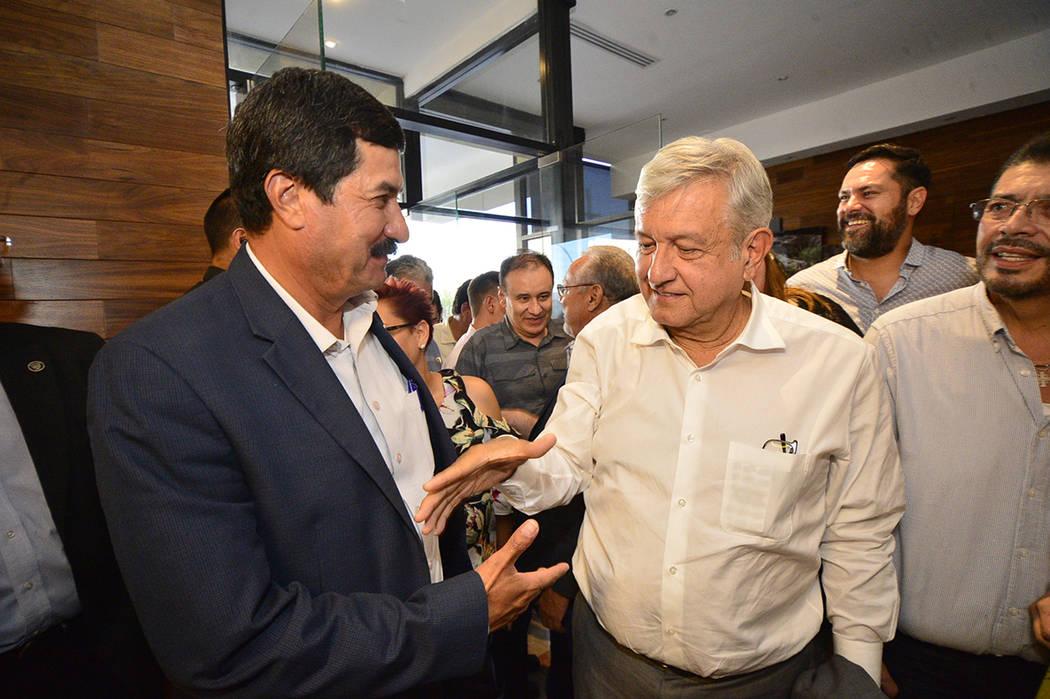 Ciudad Juárez, 6 Ago 2018 (Notimex-Especial).- El virtual presidente electo de México, Andrés Manuel López Obrador, fue recibido por el gobernador, Javier Corral Jurado, en el vestíbulo del ...