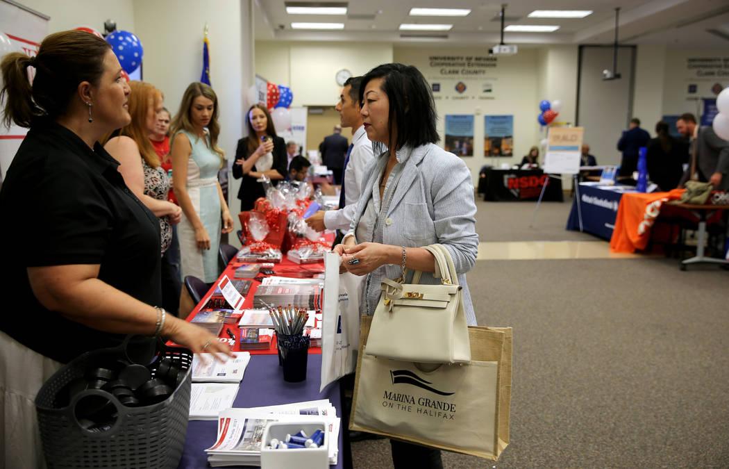 Cindi Kay Morehead, con Nevada Cooperative Extension, izquierda, habla con Cassandra Cheung, representante independiente de marketing de casinos, durante la jornada de puertas abiertas para Nevada ...