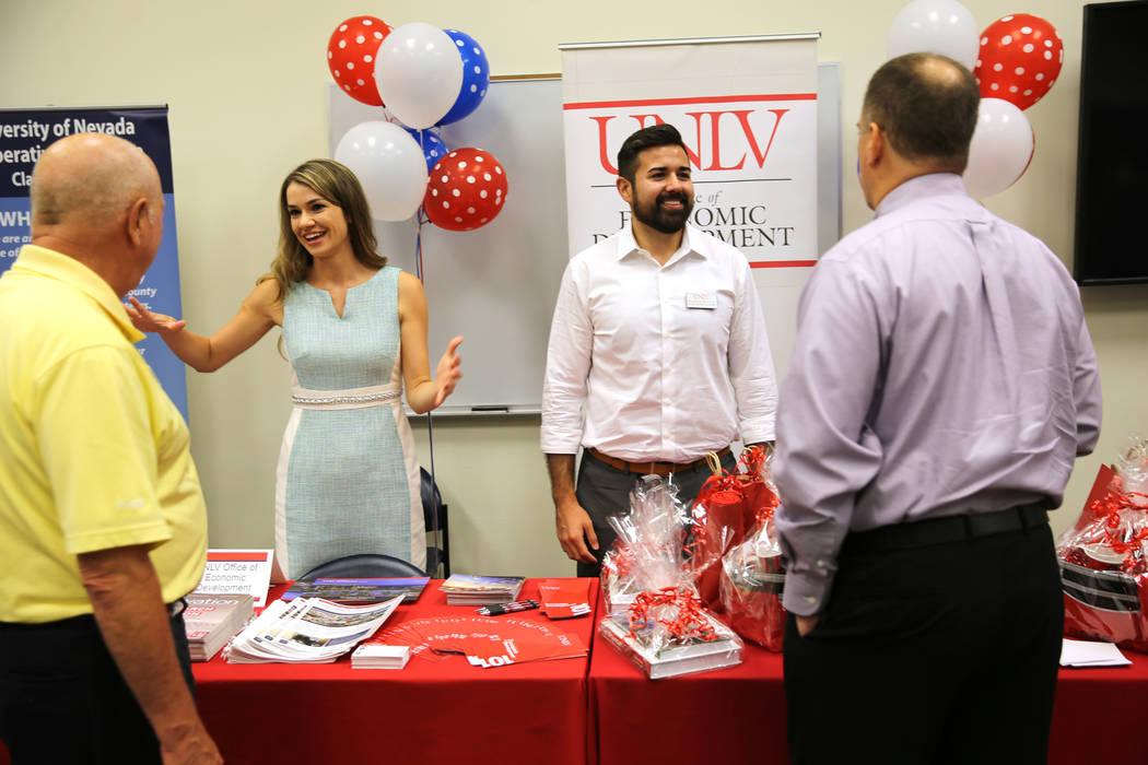 Terry Culp subdirector de Nevada Industry Excellence, desde la izquierda, Liz Lewis, gerente de desarrollo económico de la Oficina de Desarrollo Económico de la UNLV, John Minnick, oficial de de ...