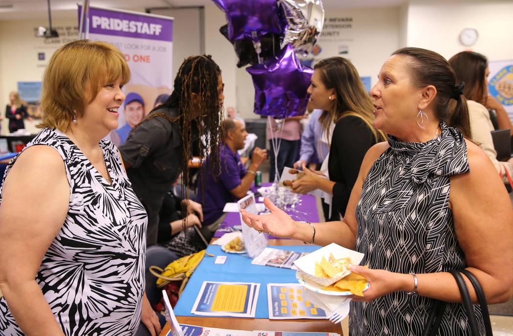 Leanna Jenkins, directora ejecutiva de Nevada Business Opportunity Fund, se reúne con Tami Belt de Blue Cube Marketing Solutions, se reúnen durante la jornada de puertas abiertas para Nevada Bus ...