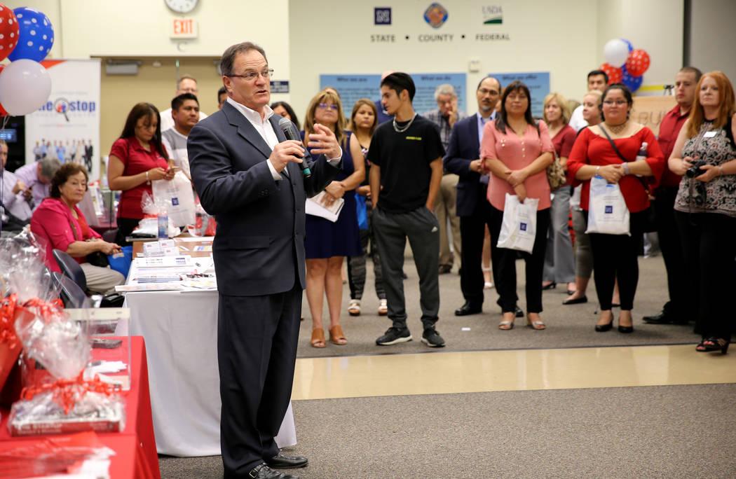 Joseph Amato, director del distrito de la Administración de Pequeñas Empresas de los Estados Unidos, habla durante la jornada de puertas abiertas para los Servicios de Desarrollo Empresarial de ...