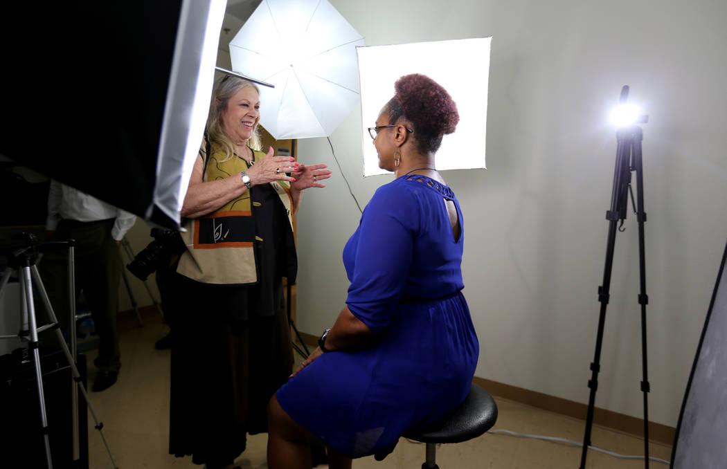 Audrey Dempsey, con Infinity Photo, izquierda, prepara a Talia Grundy, una maestra que quiere comenzar un negocio de tutoría, para una fotografía durante la jornada de puertas abiertas para Neva ...