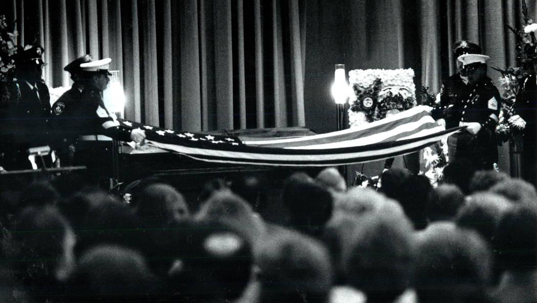 Los miembros de la Infantería de Marina doblan una bandera sobre el ataúd del agente del FBI asesinado John Bailey en Palm Mortuary en 1990. (Las Vegas Review-Journal foto de archivo)