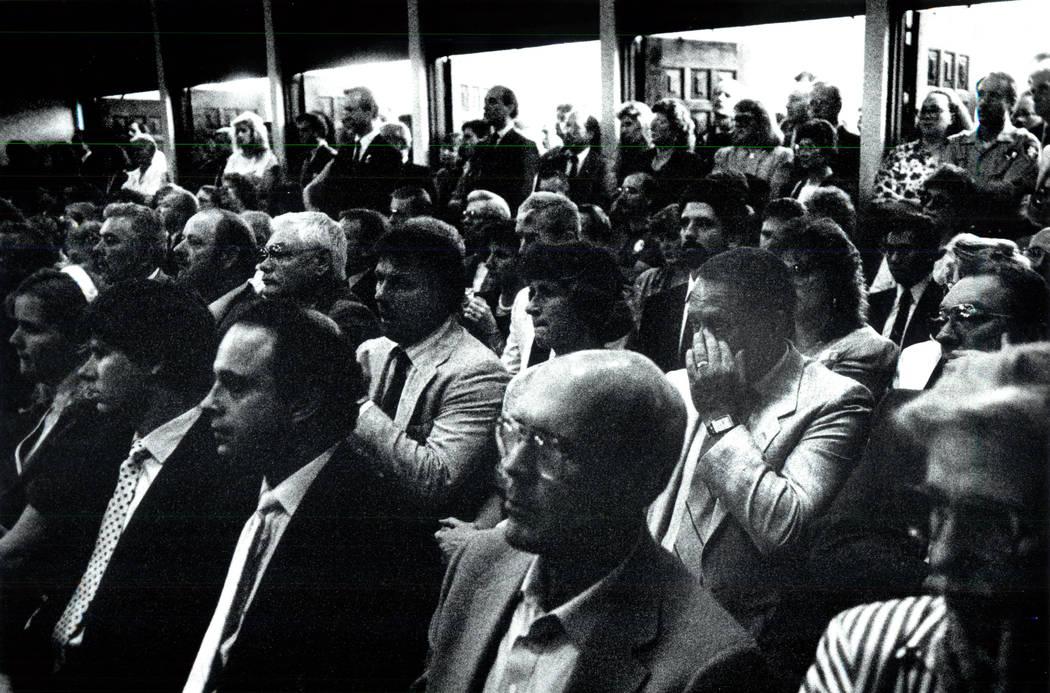 Cientos se reúnen para mostrar sus respetos al asesinado agente del FBI John Bailey durante su funeral en 1990. (Las Vegas Review-Journal foto de archivo)