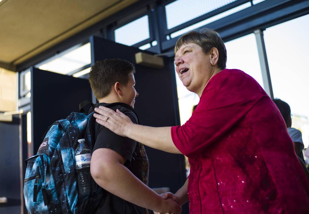 La Administradora del Distrito de la Junta Escolar del Condado de Clark, Deanna Wright, da la bienvenida a los estudiantes que llegan para el primer día de clases en Foothill High School en Hende ...