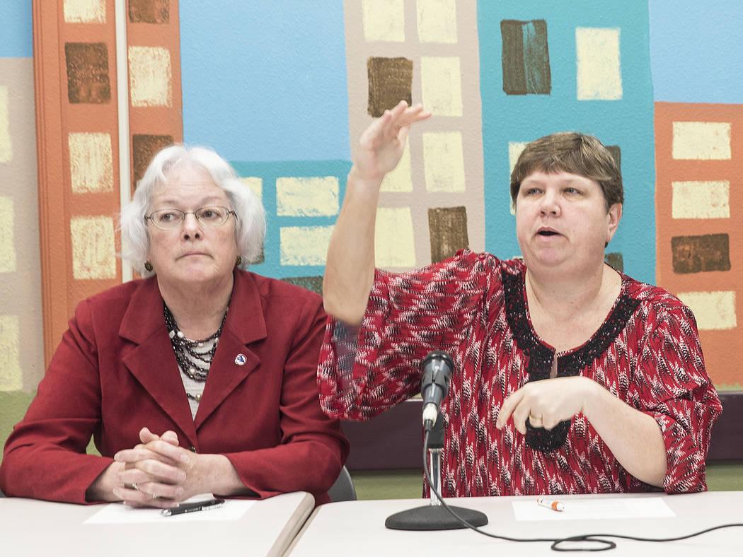 La síndica Carolyn Edwards, izquierda, y Deanna L. Wright se dirigen a los medios durante una conferencia de prensa organizada por el Distrito Escolar del Condado de Clark para llamar a los legis ...