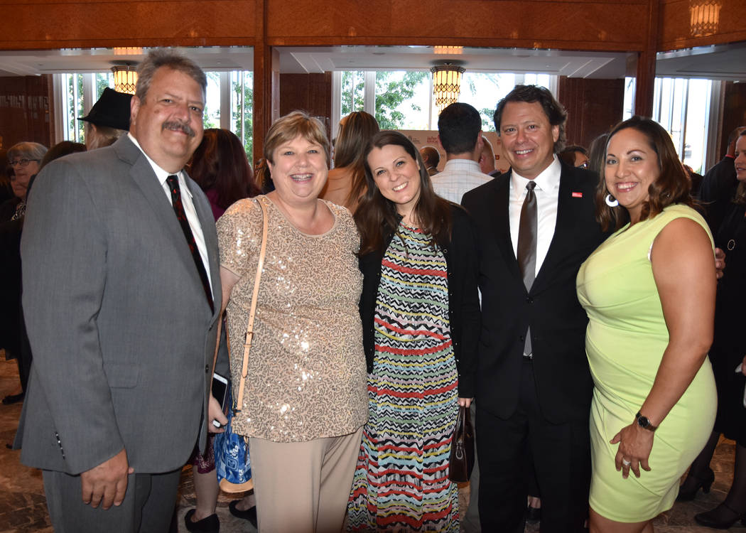 Jason Wright, izquierda, y su esposa, la presidenta de la Junta de CCSD, Deanna Wright, la segunda desde la izquierda, en una función con el ex Superintendente Pat Skorkowsky, segundo desde la de ...