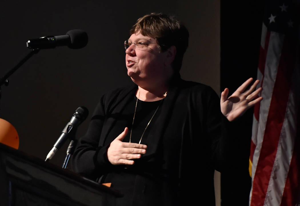 La presidenta de la Junta de Síndicos, Deanna Wright, habla durante la presentación del estado de las escuelas en Legacy High School el miércoles 21 de marzo de 2018 en Las Vegas. (David Becker ...
