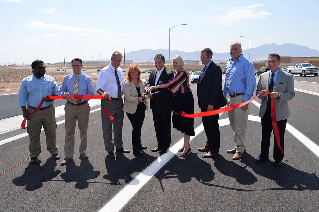 Dignatarios cortaron el cordón simbólico en la inauguración de la rampa de salida en Tropical Parkway. Jueves 2 de agosto de 2018, en North Las Vegas. Foto Frank Alejandre / El Tiempo.
