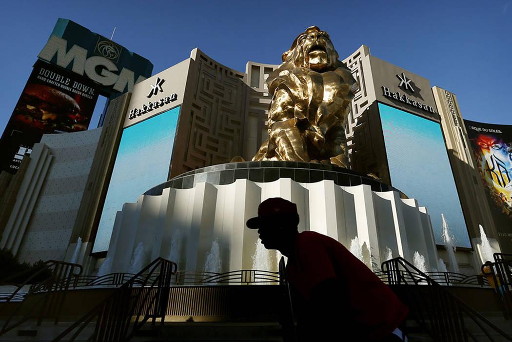 Un hombre monta su bicicleta más allá del hotel y casino MGM Grand en Las Vegas en 2015. (The Associated Press)