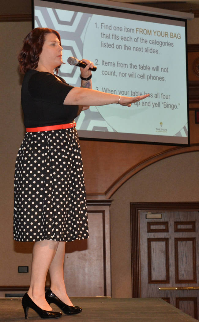 Jennifer Ríos, coordinó una sesión de lotería en el evento de bienvenida. Miércoles 1 de agosto de 2018, en el Texas Station. Foto Frank Alejandre / El Tiempo.