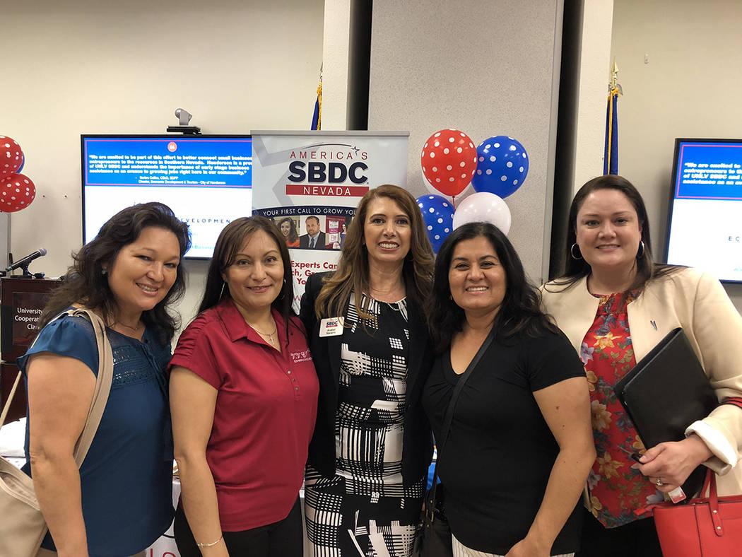 """Anabel Navarro (al centro) consultora de SBDC, acompañada de pequeñas empresarias hispanas en la apertura del nuevo """"Nevada Business Development Services"""". Primero de agosto de 2018, en UNLV ..."""
