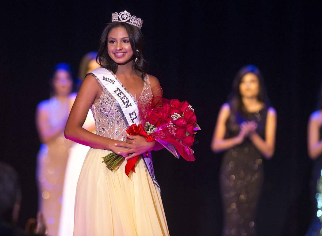 Noelani Mendoza recibió su corona de manos de la reina teen saliente, Catherine Mosquera. Sábado 4 de agosto en el hotel y casino Sam's Town. Foto Richard Brian / Las Vegas Review-Journal.