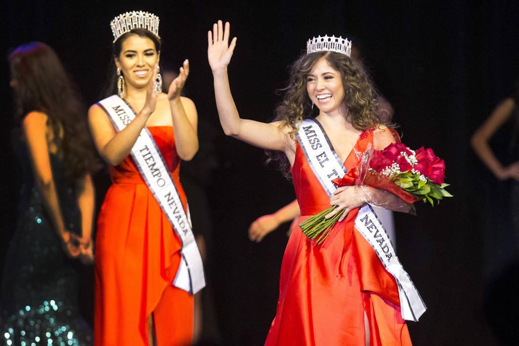 Miranda Contreras recibió su corona de manos de la reina saliente, Diana Cervantes-Adams. Sábado 4 de agosto en el hotel y casino Sam's Town. Foto Richard Brian / Las Vegas Review-Journal.
