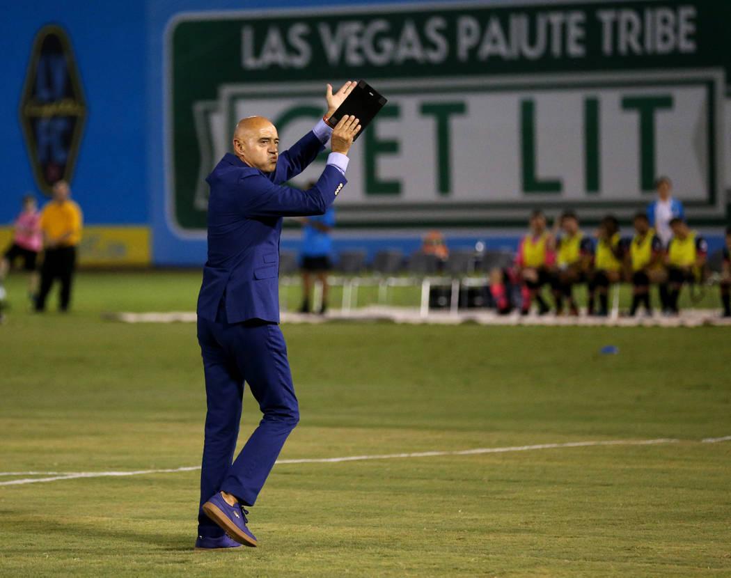 El director técnico de Lights FC, José Luis Sánchez Sola, anima a la multitud antes de enfrentarse al Río Grande Valley FC en un partido de fútbol en Cashman Field en Las Vegas el sábado 4 d ...