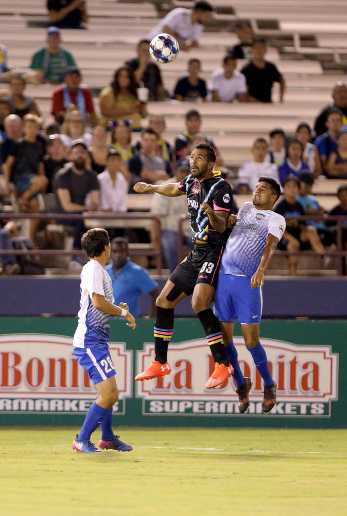 El defensor de Las Vegas Lights FC, Miguel Garduño (33), sube por el balón en la primera mitad de un partido de fútbol en Cashman Field en Las Vegas el sábado 4 de agosto de 2018. K.M. Cannon ...
