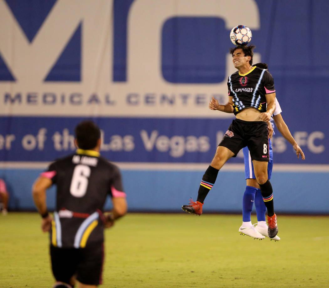 El delantero de Las Vegas Lights FC, Omar Salgado (8), dirige la pelota en la primera mitad de un partido de fútbol en Cashman Field en Las Vegas el sábado 4 de agosto de 2018. K.M. Cannon Las V ...