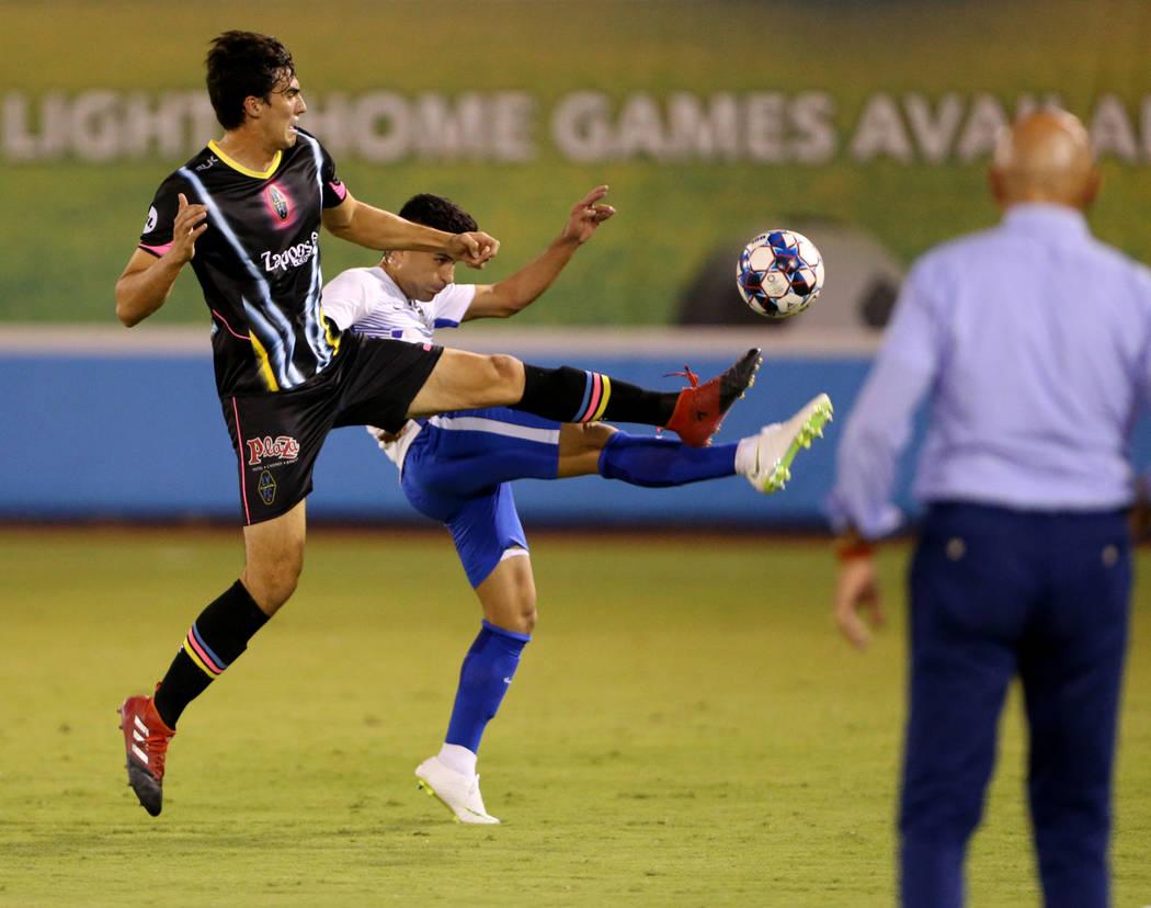 El delantero de Las Vegas Lights FC, Omar Salgado (8), pelea por el balón en la primera mitad de un partido de fútbol en Cashman Field en Las Vegas el sábado 4 de agosto de 2018. K.M. Cannon La ...