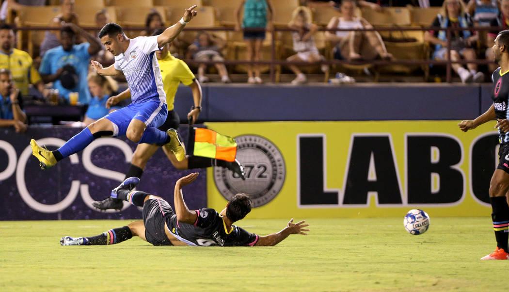 El defensa de Las Vegas Lights FC, Rodrigo Inigo (4), despeja el balón en la primera mitad de un partido de fútbol en Cashman Field en Las Vegas el sábado 4 de agosto de 2018. K.M. Cannon Las V ...