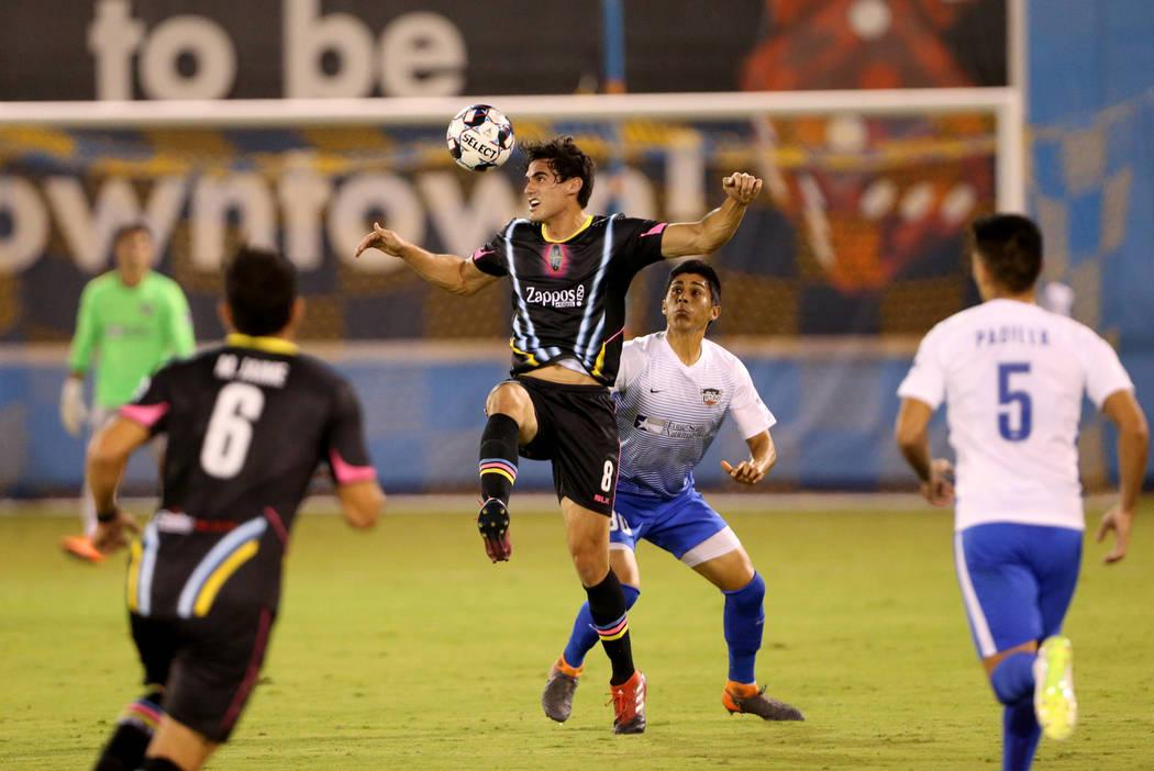 El delantero de Las Vegas Lights FC, Omar Salgado (8), cabecea el balón frente al defensor de Río Toros Valley FC, Omar Ontiveros (30), en la primera mitad de un partido de fútbol en Cashman Fi ...