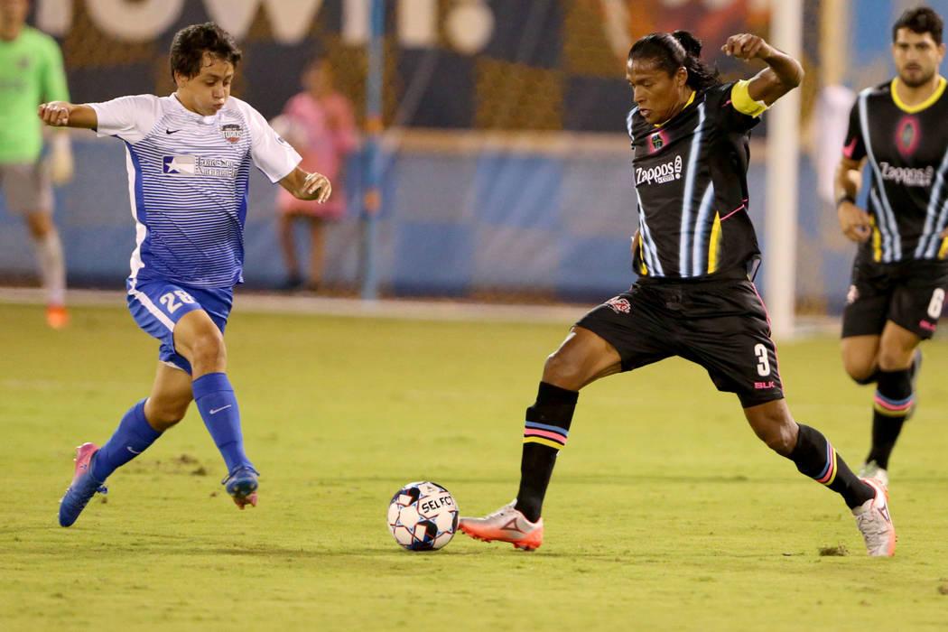 Joel Huiqui (3), defensor de Las Vegas Lights FC, mueve la pelota en la primera mitad de un partido de fútbol en Cashman Field en Las Vegas el sábado 4 de agosto de 2018. K.M. Cannon Las Vegas R ...