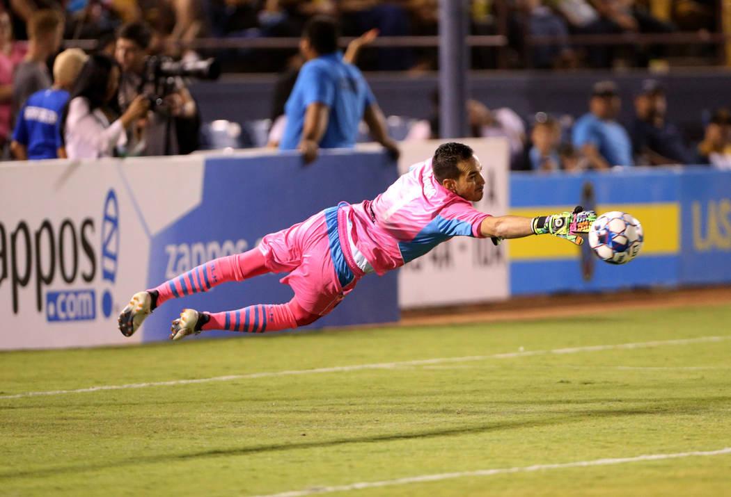 El portero del Las Vegas Lights FC, Ricardo Ferriño (1), bloquea un tiro en la primera mitad de un partido de fútbol en Cashman Field en Las Vegas el sábado 4 de agosto de 2018. K.M. Cannon Las ...