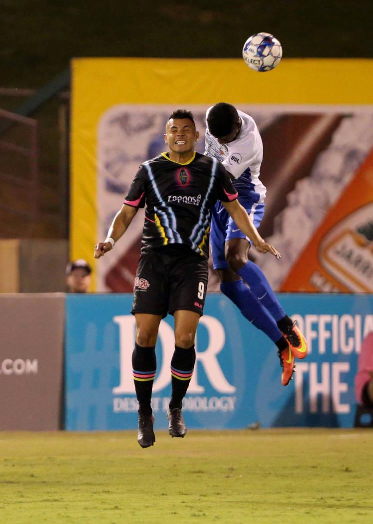El delantero de Las Vegas Lights FC, Sammy Ochoa (9), cabecea el balón en la primera mitad de un partido de fútbol en Cashman Field en Las Vegas el sábado 4 de agosto de 2018. K.M. Cannon Las V ...