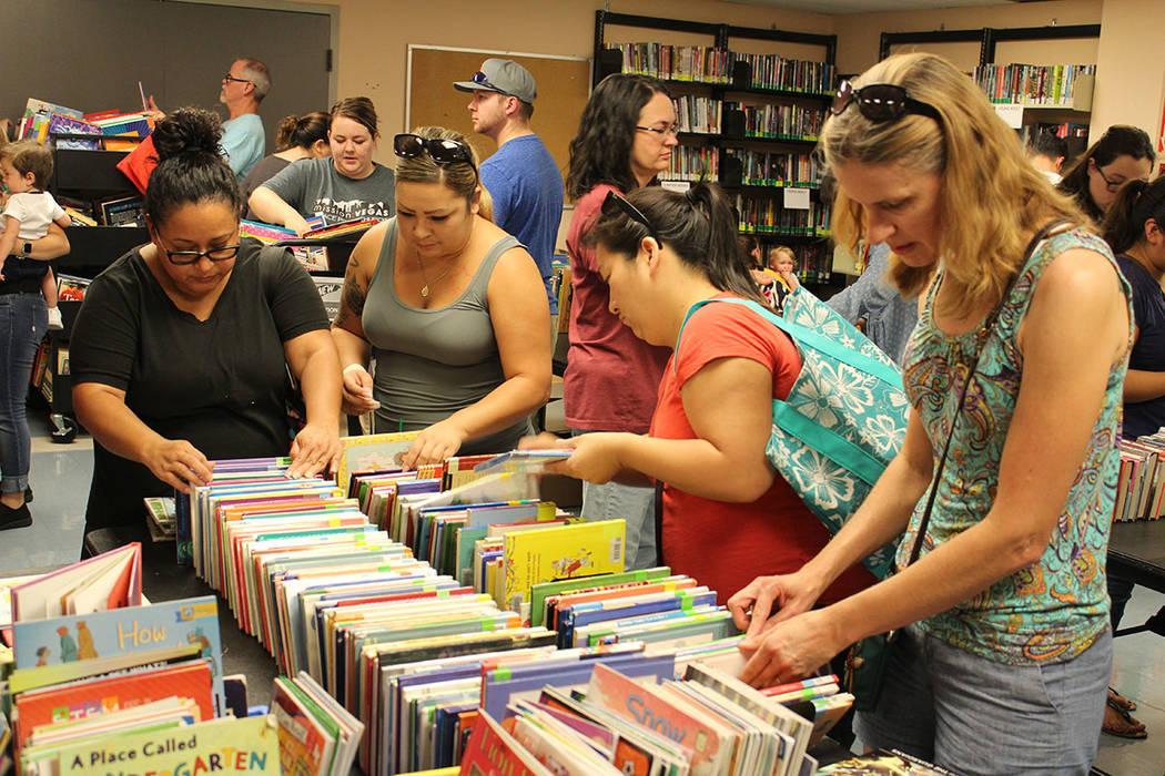 Fueron 5 mil libros los que fueron puestos a la venta. Sábado 4 de agosto de 2018 en la biblioteca central. Foto Cristian De la Rosa / El Tiempo - Contribuidor.