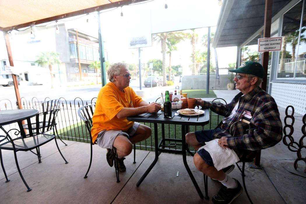 Tom Manikowske de Fargo, N.D. y Gale Greterman de Boulder City en Southwest Diner en la esquina de Nevada Way y 5th Street en Boulder City el miércoles, 1 de agosto de 2018. K.M. Cannon Las Vegas ...
