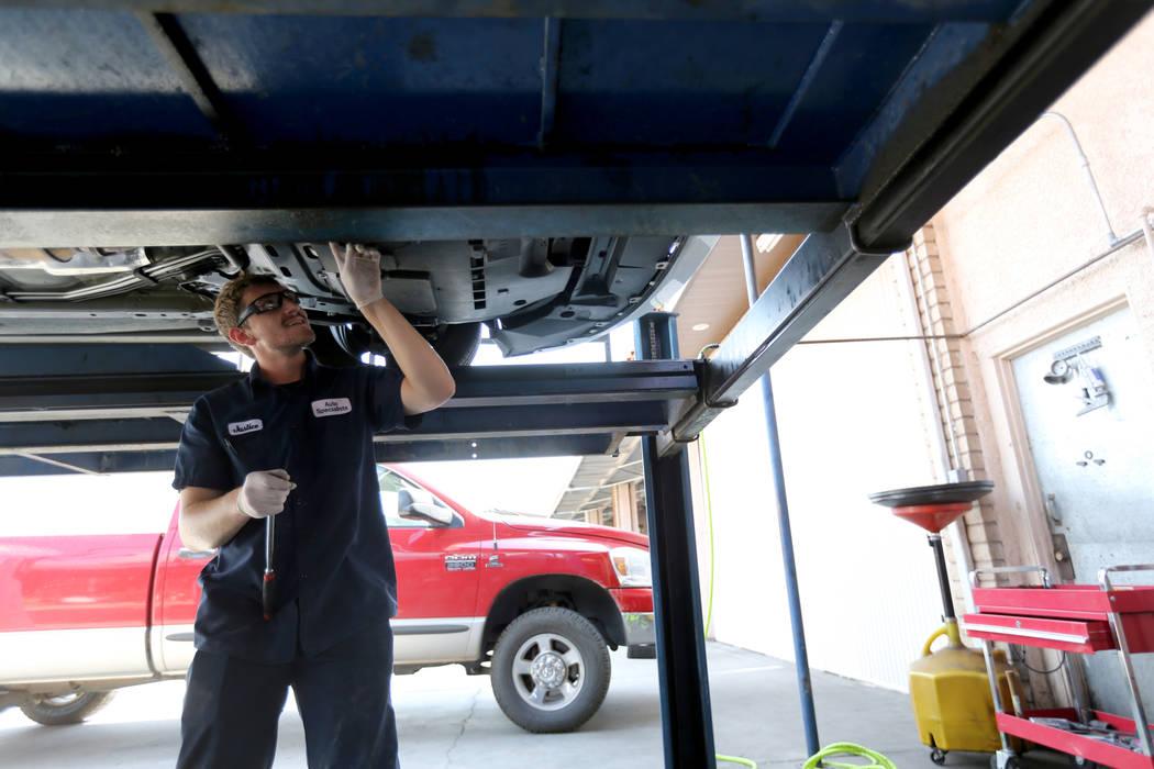 El técnico de Lube, Justice Erickson, trabaja en un auto en Auto Specialists en 705 Juniper Way en Boulder City el miércoles 1 de agosto de 2018. K.M. Cannon Las Vegas Review-Journal @KMCannonPhoto