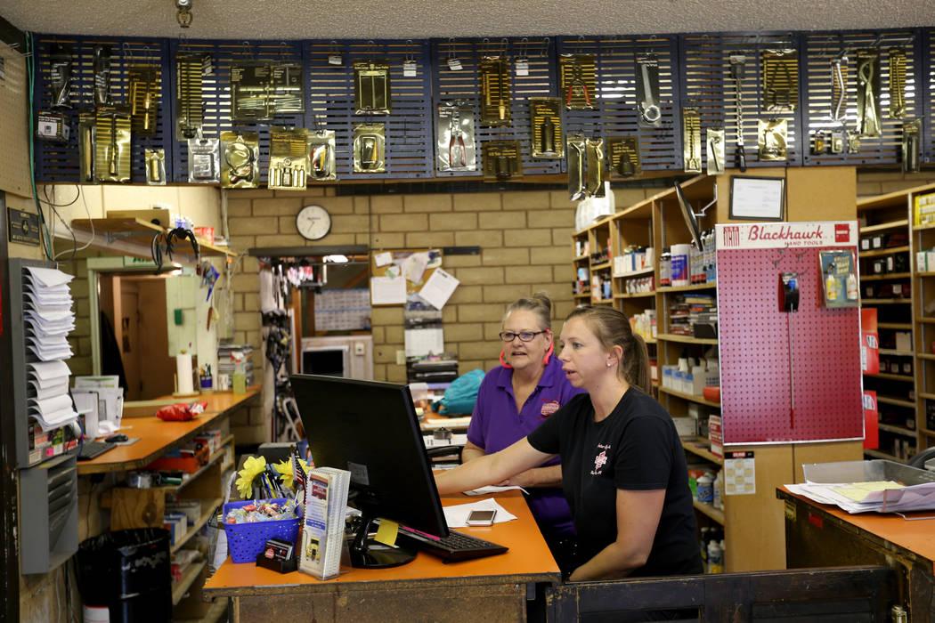 Pam Shivley, izquierda, y Katie Minucci trabajan en Auto Specialists en 705 Juniper Way en Boulder City el miércoles 1 de agosto de 2018. K.M. Cannon Las Vegas Review-Journal @KMCannonPhoto