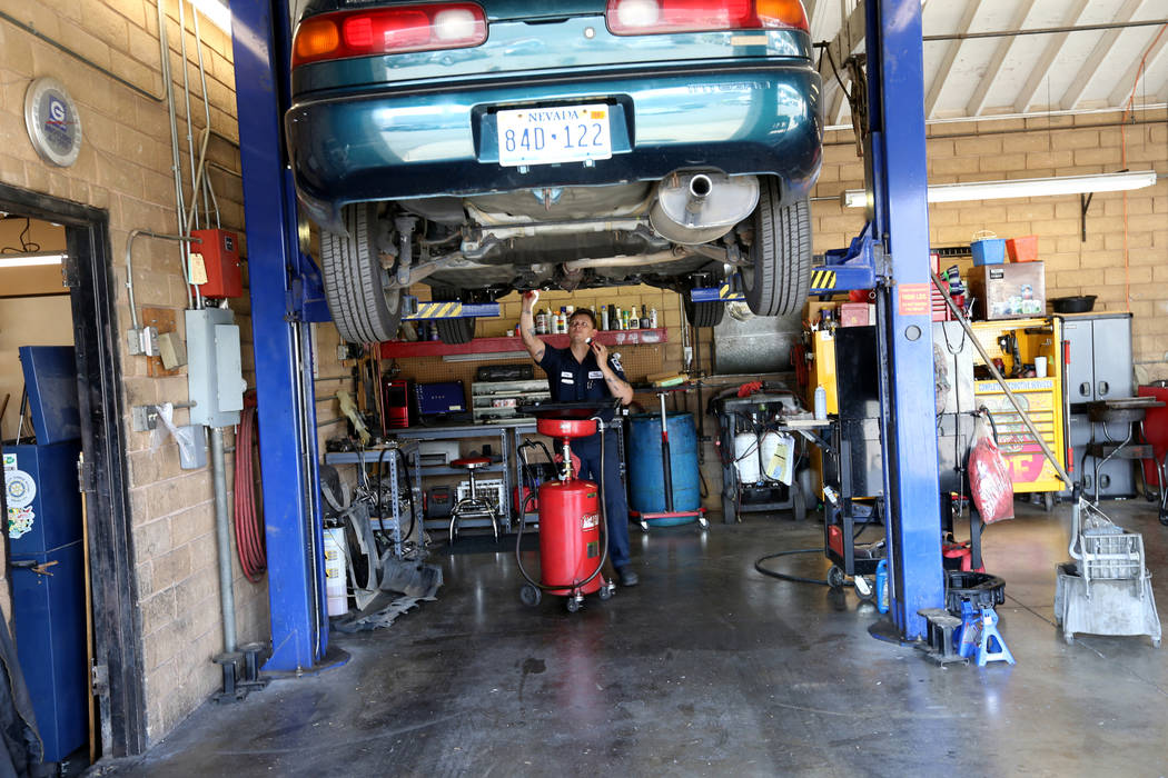 El mecánico Cody Surratt trabaja en un automóvil en Auto Specialists en 705 Juniper Way en Boulder City el miércoles, 1 de agosto de 2018. K.M. Cannon Las Vegas Review-Journal @KMCannonPhoto