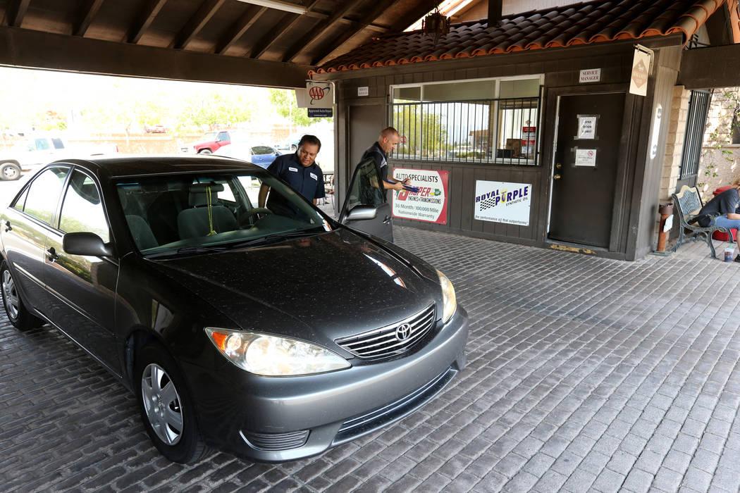 Roberto Guevara-Garcia, izquierda, y el gerente de servicio Brandon Keller registraron un auto en Auto Specialists en 705 Juniper Way en Boulder City el miércoles, 1 de agosto de 2018. K.M. Canno ...