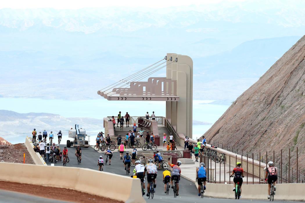 Los ciclistas visitan el Lake Mead mientras pasean por la Interestatal 11, que se inaugurará en Boulder City el sábado 21 de julio de 2018. El evento, patrocinado por Southern Nevada Bicycle Coa ...