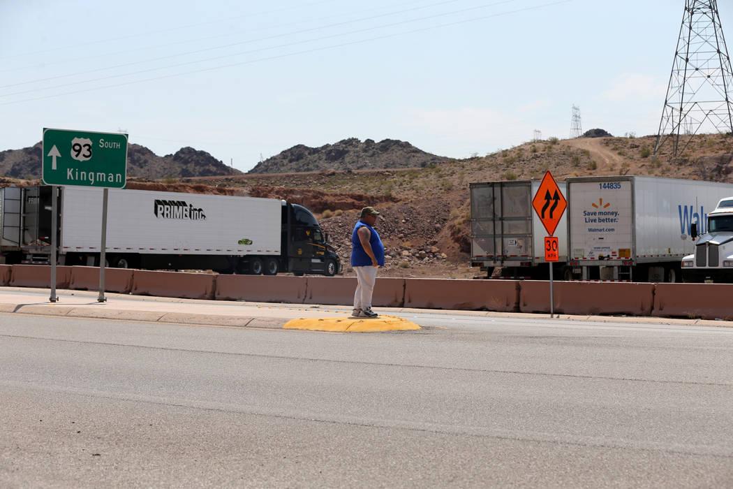 Un conductor de camión espera para cruzar la autopista estadounidense 93 cerca de Hoover Dam Lodge el miércoles 1 de agosto de 2018. K.M. Cannon Las Vegas Review-Journal @KMCannonPhoto