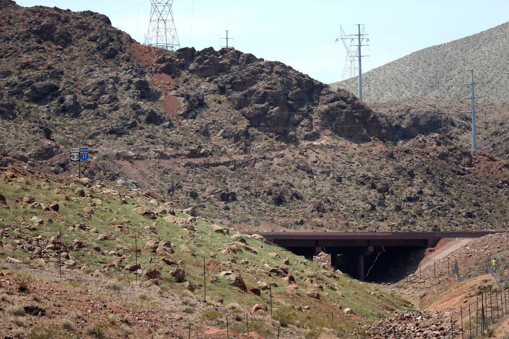 El trabajo final se realiza en una sección de la Interestatal 11 cerca del Hoover Dam Lodge el miércoles, 1 de agosto de 2018. K.M. Cannon Las Vegas Review-Journal @KMCannonPhoto