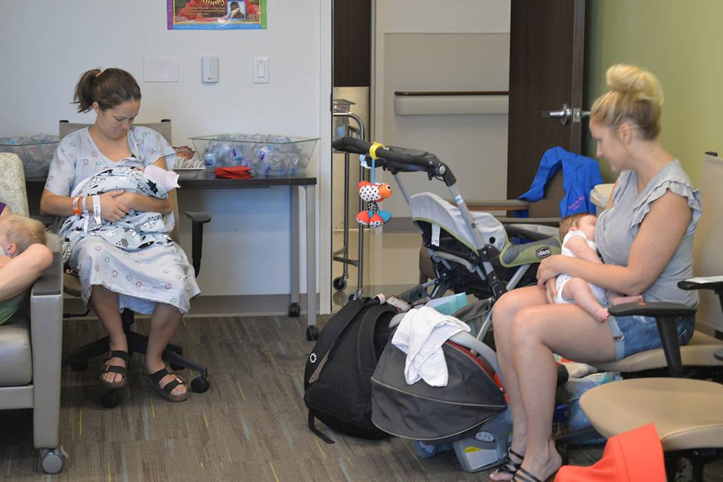 La lactancia materna no es un tipo de exposición indecente. En la foto un grupo de madres con sus bebés. Viernes 3 de agosto de 2018 en the Birthplace, en el hospital Henderson. Foto Frank Aleja ...