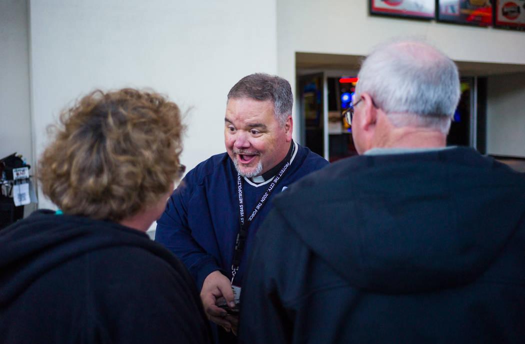 Steve Willis, un pastor principal de First Christian Church, saluda a los turistas a lo largo de Fremont Street en el centro de Las Vegas el miércoles de ceniza el 14 de febrero de 2018. El miér ...