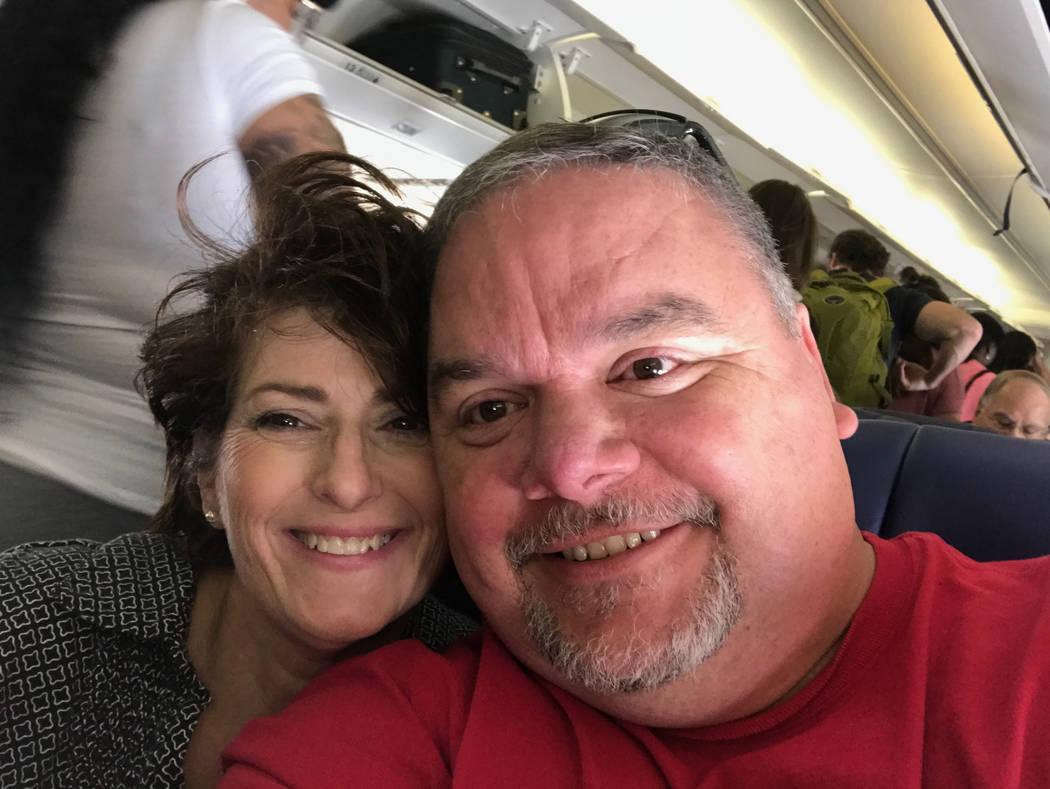 Sheri y Steve Willis están sentados en un avión, esperando el despegue en su camino a Hot Springs, Arkansas, el 16 de abril de 2017. (Cortesía de Sheri Willis)