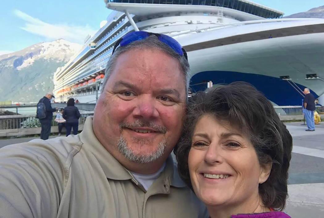 Steve Willis y Sheri Willis se paran frente a un crucero en Skagway, Alaska, el 30 de julio de 2018. (Steve Willis / Facebook)