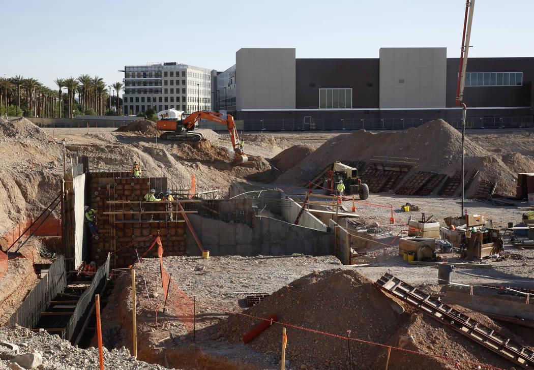 La construcción del nuevo Las Vegas Ballpark en Summerlin el jueves 7 de junio de 2018, con la instalación de práctica de los Golden Knights, City National, en el fondo. (Bizuayehu Tesfaye / La ...