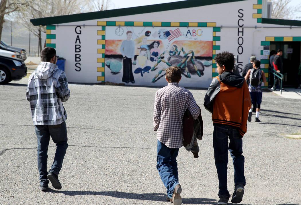 Estudiantes de Gabbs de izquierda, Jorge Martínez, de 17 años, Devin Gaither, de 13 años, y Timothy Howell, de 13 años, regresan del recreo en la escuela, el lunes 9 de abril de 2018. (K.M. Ca ...