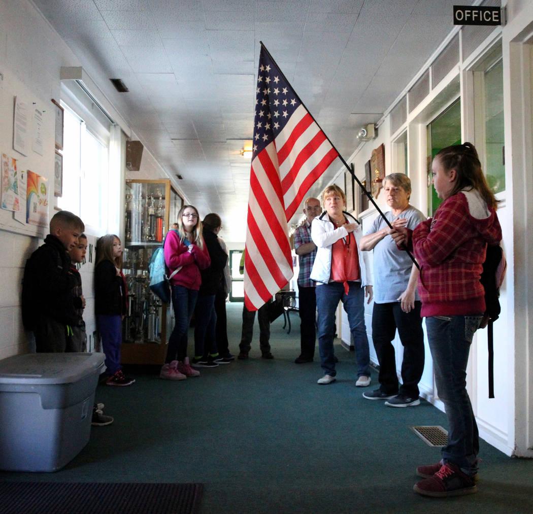 Sierra McKinnon, de 9 años, sostiene la bandera mientras que todos los estudiantes de grado K-12º recitan el Juramento a la Bandera en la escuela Gabbs, el lunes 9 de abril de 2018. (K.M. Cannon ...