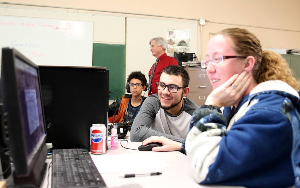 Los estudiantes de Gabbs; Timothy Howell, de 13, izquierda, y Jorge Martínez, de 17, hacen el trabajo en línea con la ayuda de Crystal Howell, a la derecha, en la escuela el lunes, 9 de abril de ...