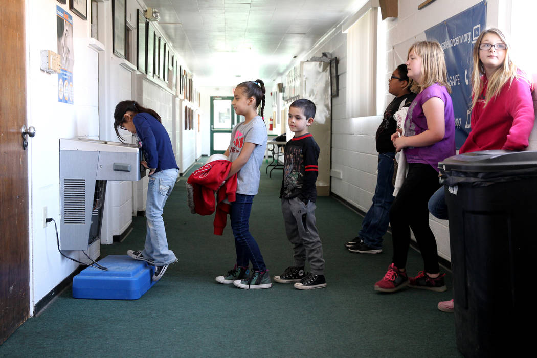 Los estudiantes de Gabbs, desde la izquierda, Janessa Johns, Casandra Hooper, Matteo Martínez, Davion Hooper, Caiolainn Kohl-Merritt y Allura Knight-Zumwalt hacen fila para tomar agua después de ...