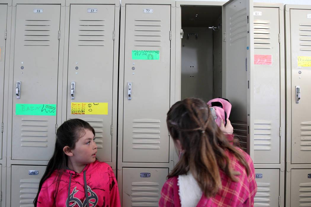 Los estudiantes de Gabbs Devine Standard, 8, izquierda, y Sierra Mckinnon, 9, se preparan para el recreo el lunes, 9 de abril de 2018. (K.M. Cannon / Las Vegas Review-Journal) @KMCannonPhoto