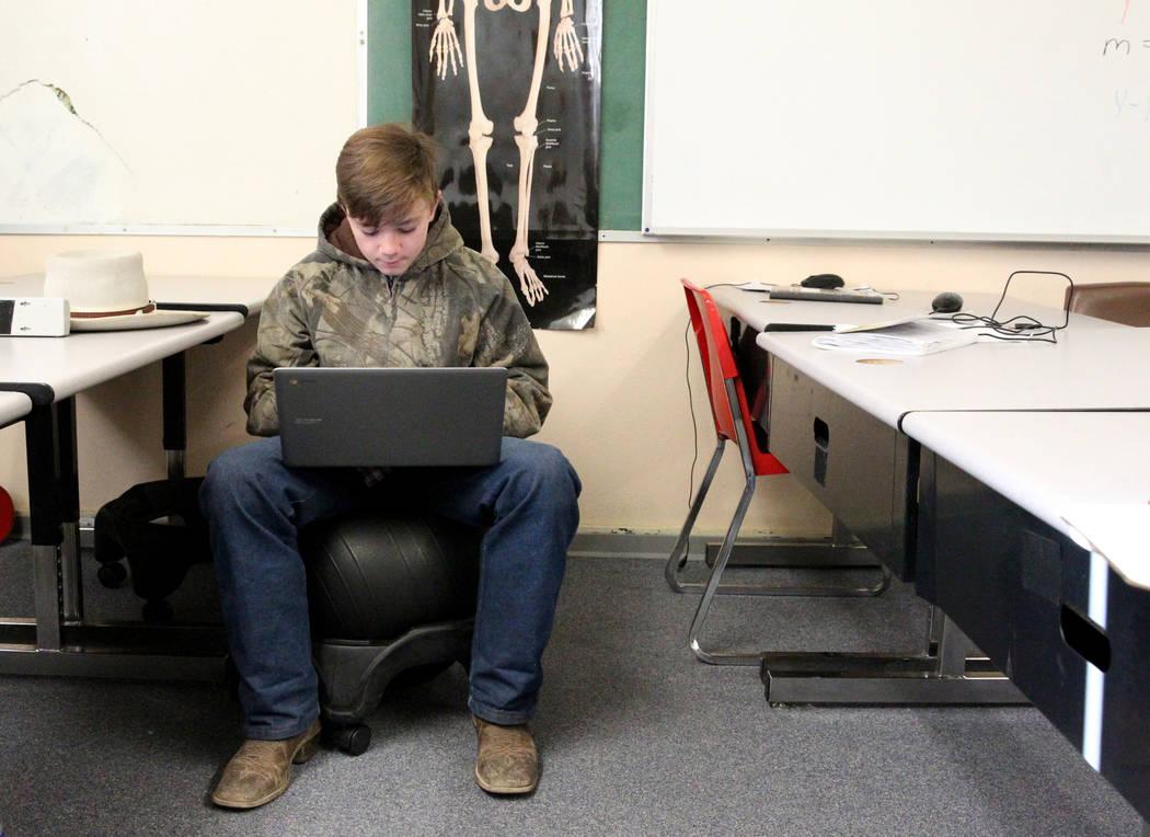 El alumno de octavo grado de Gabbs, Devin Gaither, de 13 años, trabaja en línea en la escuela el lunes 9 de abril de 2018. (K.M. Cannon / Las Vegas Review-Journal) @KMCannonPhoto