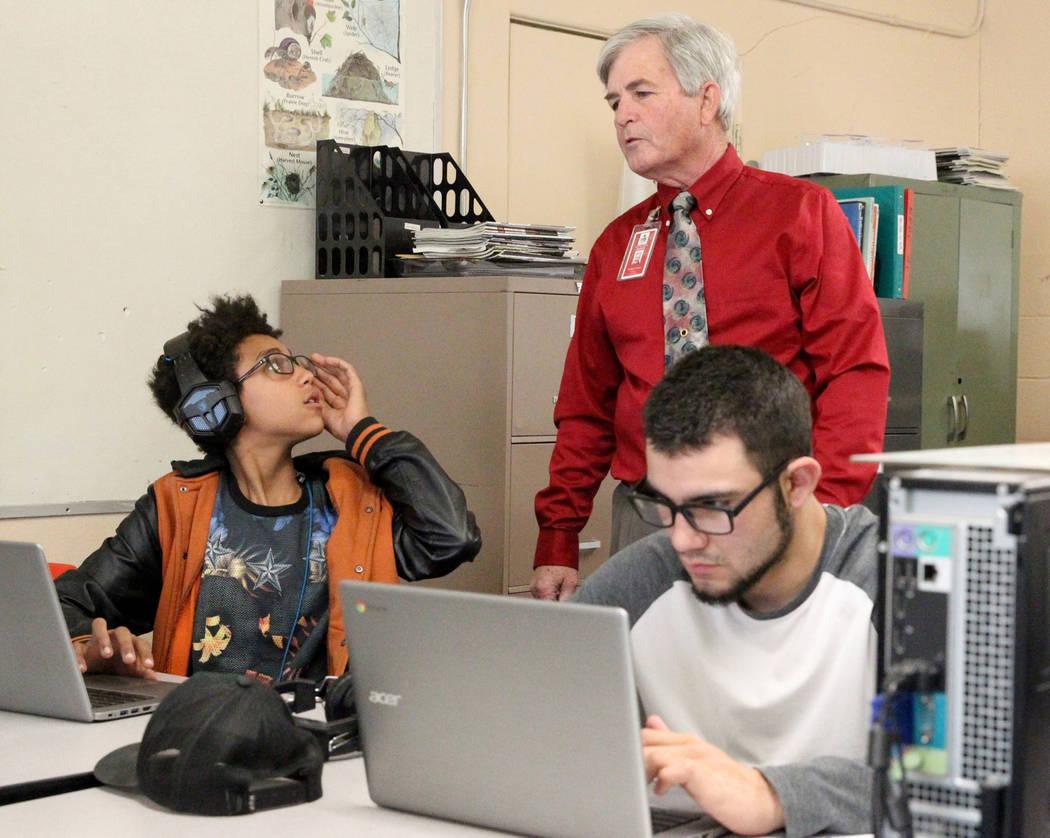 Los estudiantes de octavo grado, Timothy Howell de Gabbs, 13, izquierda, y Jorge Martínez, 17, hacen el trabajo en línea con la ayuda del maestro Tom Lyman en la escuela el lunes 9 de abril de 2 ...