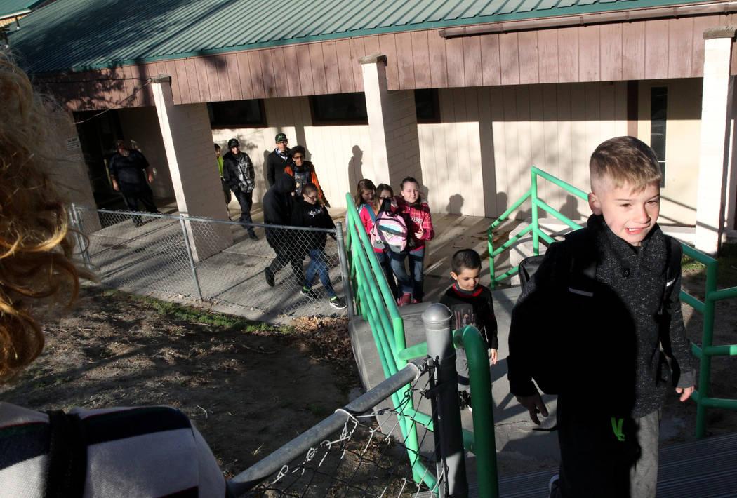 Estudiantes de Gabbs K-12, incluyendo a Ethan Sprague, de 8 años, caminan a clase después del desayuno en la cafetería el lunes, 9 de abril de 2018. (K.M. Cannon / Las Vegas Review-Journal) @KM ...